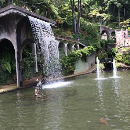 好漂亮的鱼池哦!