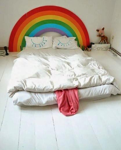 Sleepy rainbow bed. 昏昏欲睡的彩虹床。