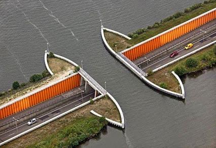 Driving Underwater! Aquaduct Veluwemeer, Netherlands驱动水下!水管Veluwemeer,荷兰