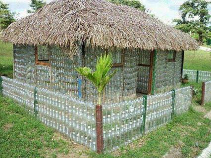 Hut from waste plastic bottles.用废塑料瓶切成的房子。