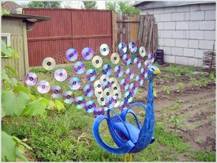 Make a Peacock with Old CDs and Tire.用旧CD和轮胎做的孔雀。