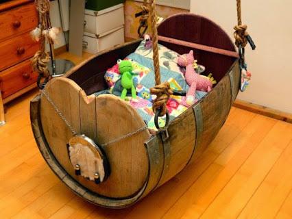 Oak Wine Barrel Baby Cradle.橡木酒桶婴儿摇篮。