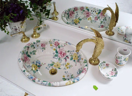 Painted Bathroom Sinks With Floral Design.浴室水槽与花艺设计。