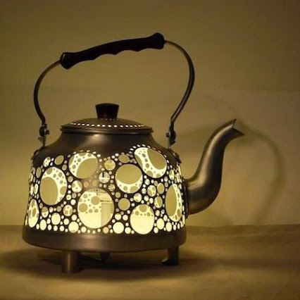 Recycling .... Lamp from an old kettle.回收旧的水壶灯。古董!