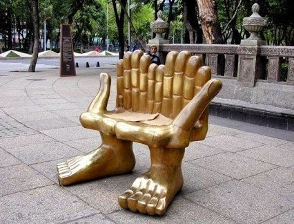 The most unusual bench.不寻常的板凳。