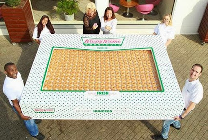 This is a box of 2,400 Krispy Kreme Donuts.这是一盒2400 Krispy Kreme甜甜圈。