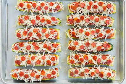 Zucchini Pizza Boats.西葫芦比萨的船。
