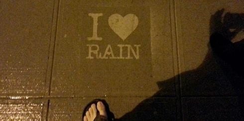 被雨水打湿才会显现的街头涂鸦:Rainworks